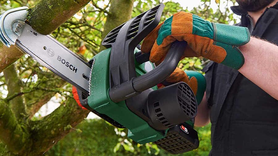 La tronçonneuse sans fil UniversalChain 18 Bosch